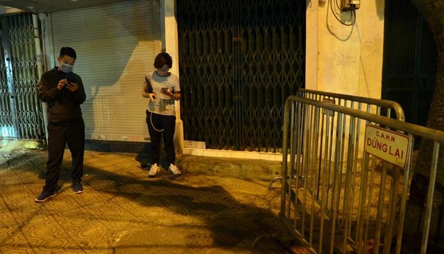 Phong tỏa 2 đầu phố Trúc Bạch: Người đòi ra ngoài không được bức xúc tìm cách trốn - Ảnh 7.