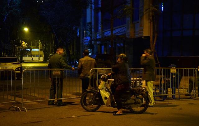 Phong tỏa 2 đầu phố Trúc Bạch: Người đòi ra ngoài không được bức xúc tìm cách trốn - Ảnh 8.