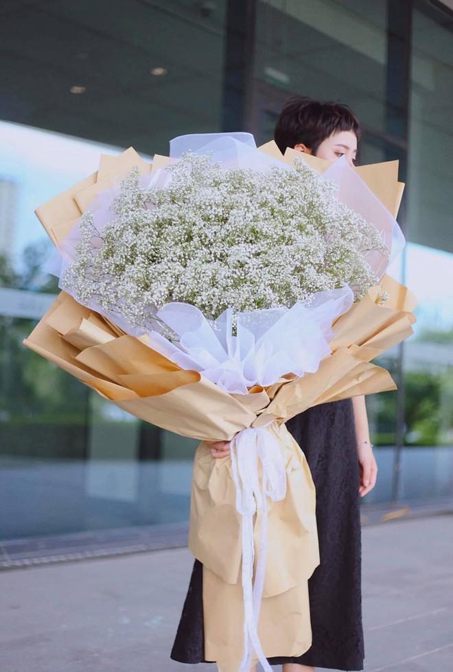 Điểm danh những bó hoa 8/3 khổng lồ trên thị trường năm nay: Giá từ vài triệu đến vài chục triệu, nguyên liệu có cả... tờ 500 nghìn đồng 1