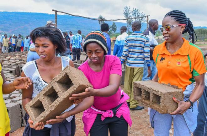 rwanda - gahanga community during end of the month umuganda 1562637375060727700776 - Bí mật của thành phố sạch nhất châu Phi: Cấm đồ nhựa, tháng nào cũng tổ chức ngày 'toàn dân dọn dẹp'