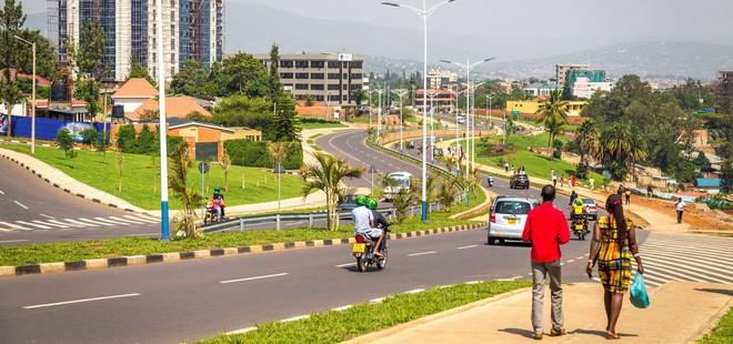 rwanda - kigali 1562636636094599353071 - Bí mật của thành phố sạch nhất châu Phi: Cấm đồ nhựa, tháng nào cũng tổ chức ngày 'toàn dân dọn dẹp'