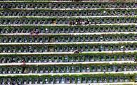 Hoa mắt trước những ngôi mộ san sát kín lối đi trong nghĩa trang ở Trung Quốc
