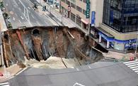 Hố tử thần nuốt trọn con phố 5 làn đường ở Nhật, 170 ngôi nhà bị mất điện, không có thiệt hại về người