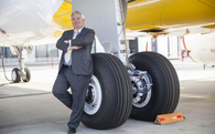 """Vị salesman người Mỹ mang về cho hãng máy bay Pháp hàng ngàn tỷ USD nhờ phong cách bán hàng """"mặt dày"""" và bất quy tắc"""