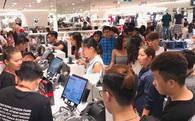 """H&M mở cửa đón khách: Đông tới nỗi bên ngoài kẹt cứng, bên trong """"loạn lạc"""""""