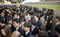 """Bị """"nhồi"""" chật cứng trên tàu điện ngầm giờ cao điểm, tại sao người Nhật vẫn luôn chọn giao thông công cộng?"""