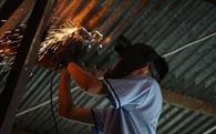 Thầy giáo ở Sài Gòn cùng học sinh biến chai nhựa thành đèn chiếu sáng cho những con hẻm nghèo