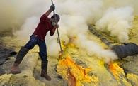 Công việc 'bán mình cho thần chết' của thợ lấy lưu huỳnh