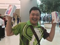 Dân buôn iPhone X, trong đó có cả Việt Nam, đứng bán máy ngay trước cửa Apple Store tại Singapore và hết hàng chỉ trong vài phút
