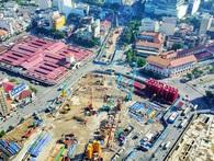 Đại công trường xây dựng các nhà ga trung tâm của tuyến tàu điện trên cao Metro số 1 nhìn từ trên cao