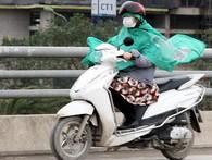 Hà Nội: Gió rét thổi mạnh, nhiều người chạy xe máy bị quật chao đảo trên đường phố