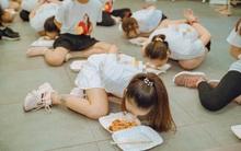 Loạt chiêu đào tạo lãnh đạo trẻ khó hiểu của các tập đoàn: Từ việc trói tay ăn cơm, chọc gậy vào yết hầu cho đến đổ sáp nến vào tay