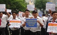 Hàng trăm tài xế giơ biểu ngữ tại phiên xử Vinasun kiện Grab