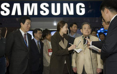 Chủ tịch bệnh nặng nằm viện, Phó chủ tịch ngồi tù, vậy ai đang chèo lái con tàu khổng lồ Samsung?