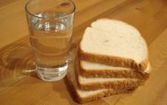 Chúng ta có thể sống sót không, nếu chỉ ăn bánh mì và uống nước lọc?