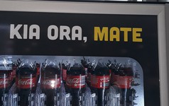 """Quá ẩu khi sử dụng ngôn ngữ bản địa, Coca-Cola chào người Maori ở New Zealand không thể kinh khủng hơn: """"Xin chào, cái chết"""""""