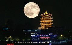 """Trung Quốc sắp sửa lắp luôn """"mặt trăng nhân tạo"""" trên trời để không phải bật nhiều đèn đường, đỡ tốn điện"""