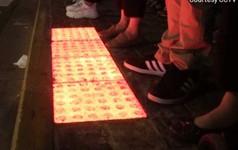 Trung Quốc lắp đèn giao thông dưới mặt đường để người đi bộ nghiện smartphone đỡ phải làm lại răng