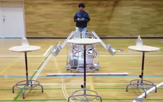 """Trong khi bạn làm mãi không xong thì robot do học sinh Nhật chế tạo đã chinh phục được trò """"lật chai nước"""" rồi đây này"""