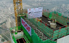 Cận cảnh quá trình đổ mẻ bê tông cất nóc tòa nhà cao nhất Việt Nam