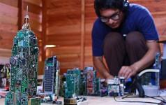 """""""Siêu mọt sách"""" 17 tuổi xây cả thành phố thu nhỏ từ linh kiện máy tính nhặt được"""