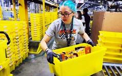 Jeff Bezos là tỷ phú giàu nhất thế giới nhưng nhân viên đóng hàng trong kho Amazon của ông làm việc bận tới mức phải đi vệ sinh ra chai vì lo bị phạt