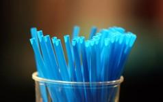 Anh cấm bán ống hút nhựa và ngoáy tai ra thị trường