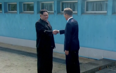 [CẬP NHẬT] Nhà lãnh đạo Triều Tiên Kim Jong-un và TT Hàn Quốc đã bước vào phòng họp kín