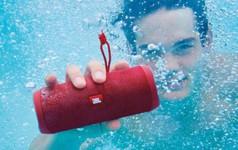 6 thiết bị công nghệ chống nước hoàn toàn phù hợp để sử dụng bên bể bơi, bãi biển trong mùa hè năm nay