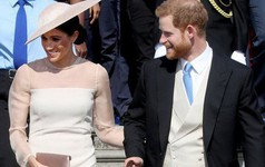 """""""Hiệu ứng Meghan Markle"""" lại khiến cho chiếc váy mà cô mặc bán hết sạch chỉ sau vài giờ"""