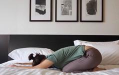 11 tư thế yoga tốt nhất dành cho người bị mất ngủ: Bạn có thể tập dễ dàng ngay trên giường