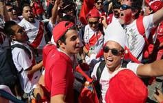 Fan 'cuồng' World Cup cố tăng cân để có vé VIP, ăn bánh quy qua ngày hay sẵn sàng bỏ việc