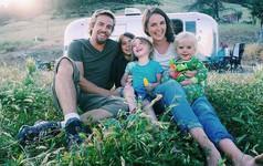 Từ bỏ nhà gạch đủ tiện nghi, gia đình 5 người sống trong một chiếc xe và đi khắp nơi vì quá ngán ngẩm cuộc sống hối hả