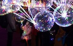 Báo chí Trung Quốc đưa ra cảnh báo về nguy cơ cháy nổ của bóng bay gắn đèn LED bán đầy ở Hồ Gươm