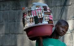 Kỳ lạ ngành công nghiệp dược phẩm tại Haiti: Ai cũng có thể trở thành dược sỹ và đi bán thuốc ngoài chợ