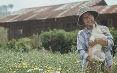 Rời bỏ phố thị, cô gái Sài Gòn lên Đà Lạt cùng bạn trai xây dựng khu vườn giữa núi rừng hoang vu dành cho thú cưng