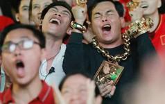 """""""Đại gia"""" ở phố đi bộ Nguyễn Huệ chia sẻ lý do đeo 13kg vàng trong lúc cổ vũ đội tuyển Việt Nam: Nghe theo thầy phong thủy """"phán"""""""