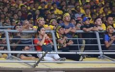 Bỏ hàng chục triệu sang Malaysia, CĐV Việt Nam vẫn phải ngồi chen chúc, chênh vênh trên khán đài