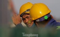 Công nhân phơi mình dưới trời nắng đổ lửa ở Hà Nội