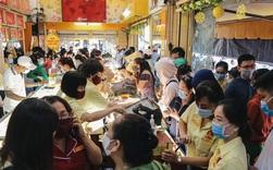 Người Sài Gòn ùn ùn đi mua vàng ngày vía Thần tài, có người mua cả 2 cây vàng lấy may mắn