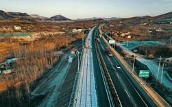 Người Trung Quốc khiến cả thế giới kinh ngạc khi lát đường cao tốc bằng... pin năng lượng mặt trời để sạc điện không dây cho xe ô tô.