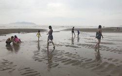 Bất chấp bão Sơn Tinh đang tiến vào, du khách vẫn xuống biển Cửa Lò tắm trong mưa