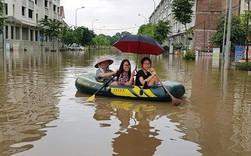 """Hà Nội: """"Làng"""" biệt thự triệu đô hễ mưa là ngập, dân bơi xuồng trên đường phố"""