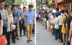 Chùm ảnh: Người Hà Nội xếp hàng dài chờ mua bánh Trung Thu Bảo Phương, đường phố tắc nghẽn