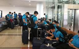 Đội tuyển Việt Nam về đến Nội Bài trong vòng vây của cổ động viên