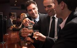 Bi hài chuyện đàm phán kinh doanh: Người Âu Tây có thể uống bia và đứng liên tục từ 18-21h, rồi mới ngồi vào bàn ăn tối