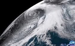 Vệ tinh bất ngờ quay được cảnh cơn bão vô danh khổng lồ đang hoành hành Thái Bình Dương, tạo sóng cao hàng chục mét