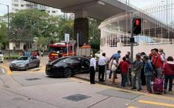 Xe Tesla hóa sao xẹt sau khi va chạm với Mercedes-Benz rồi tông trúng 3 người ở Hồng Kông