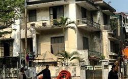 """Bên trong căn biệt thự kiểu Pháp hoang tàn trên """"đất vàng"""" Hà Nội trở thành nơi gửi xe"""