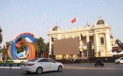 Cận cảnh 3 màn hình khủng trước Nhà hát Lớn Hà Nội phục vụ trận khán giả xem bóng